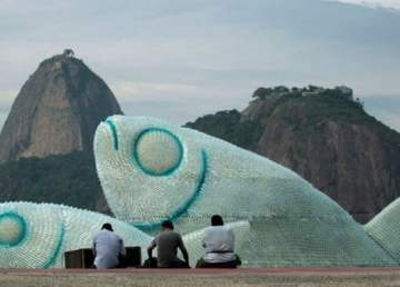Giant-Fish-Sculptures-Made-Discarded-Plastic-Bottles-in-Rio-2