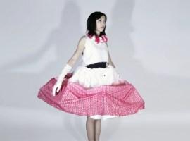 Un vestido que se expande para proteger el espacio personal