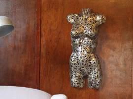 Un artista que transforma llaves y monedas en arte reciclado