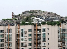 Una colina encima de un rascacielos