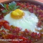 Huevos al horno con tomates y pimientos