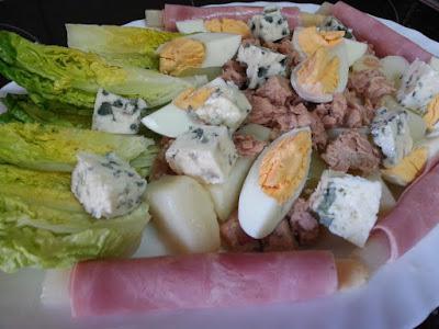 ensalada de patata con salsa de mayonesa y yogurt