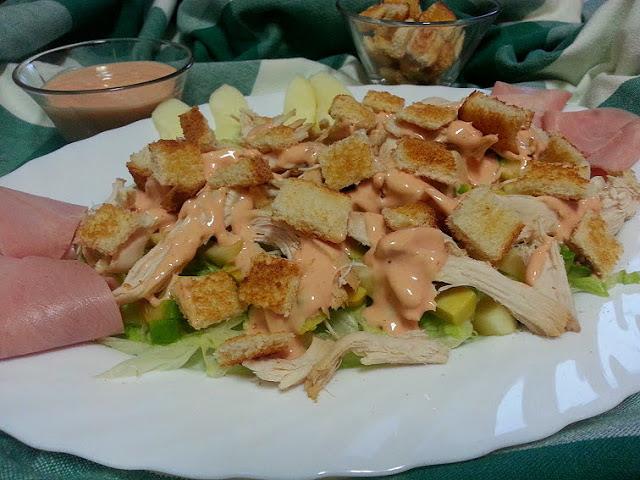 receta de aprovechamiento del pollo. ensalada de pollo y aguacate con salsa rosa. cocina facil