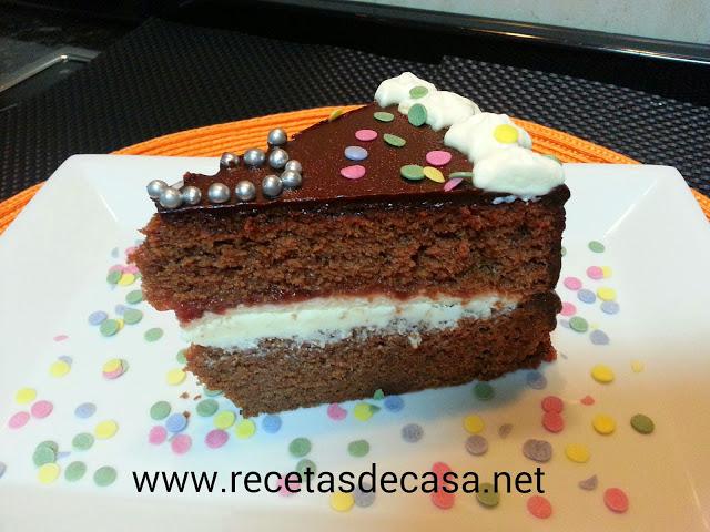 Bizcocho de chocolate relleno de nata y mermelada cocina facil