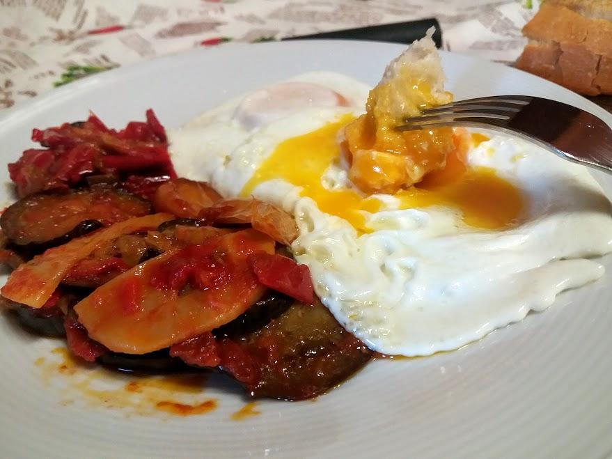 tumbet mallorquín con huevos fritos