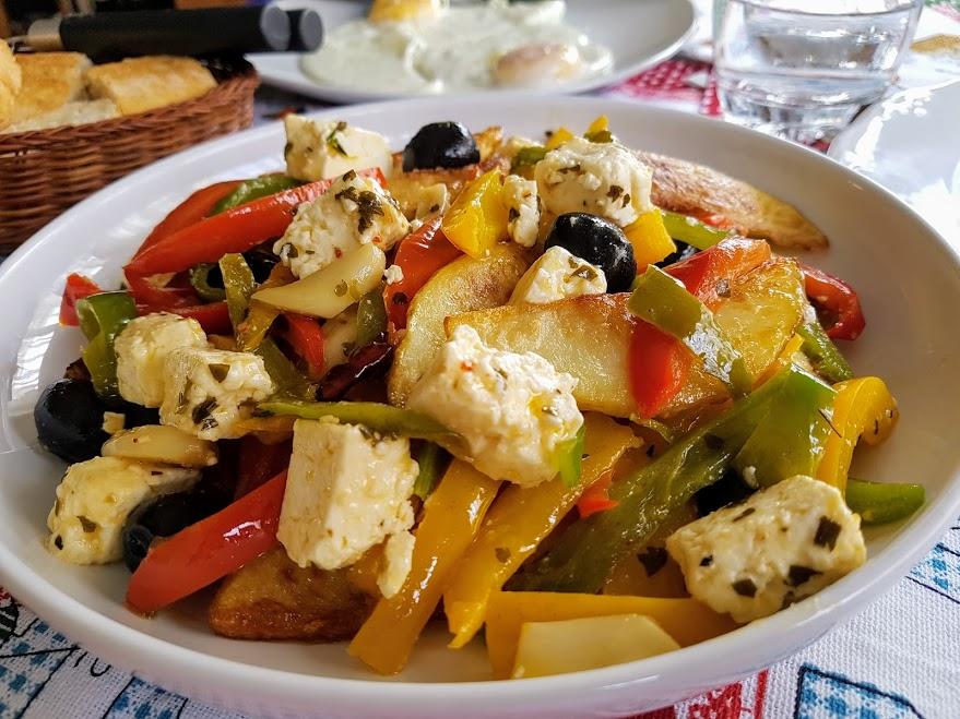 patatas y pimientos con queso feta