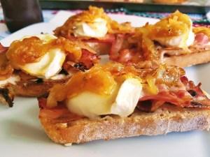 tosta castellana con bacon, queso de cabra y cebolla caramelizada