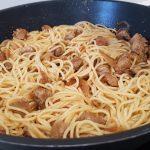 Espaguetis con solomillo de cerdo encebollado