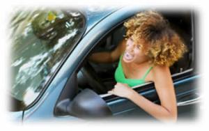 Dama conduciendo furiosa