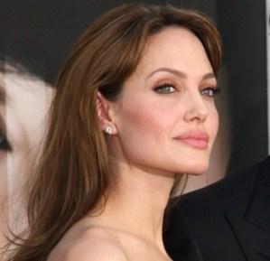 Angelina Jolie senza veli con le gambe legate. FOTO inedite