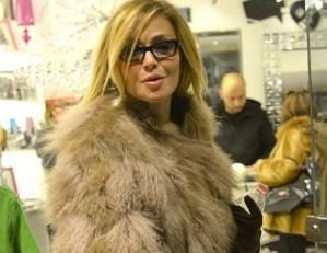 Paola Barale, shopping a Roma con i calzoni da clown 02