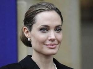 Angelina Jolie, che scandalo: ecco quanto costa la sua borsa!