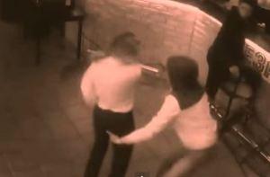 Russia, cliente molesta la cameriera, lei lo mette ko a colpi di menù VIDEO