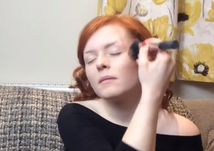Lucy Edwards, make up artist cieca star di YouTube VIDEO