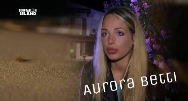 """Aurora Betti confessa: """"Sono stata adottata a 3 anni. Vivevo in orfanotrofio"""""""