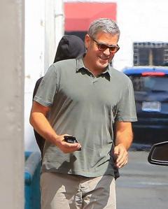 George Clooney, pantaloni corti e mocassini in giro per Beverly Hills FOTO 4