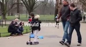 Aiutare le persone in difficoltà in strada: Londra, la candid camera
