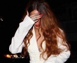 Rihanna, mini shorts e tacchi all'uscita dal ristorante Baldi a Santa Monica FOTO