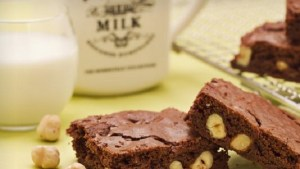 Ricette di dolci: brownies al cioccolato con nocciole