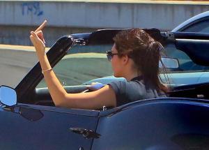 Kendall Jenner, addio finesse: alza dito medio ai paparazzi FOTO 6