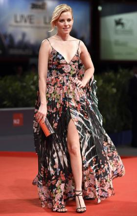 Elizabeth Banks inciampa su red carpet e rischia di cadere