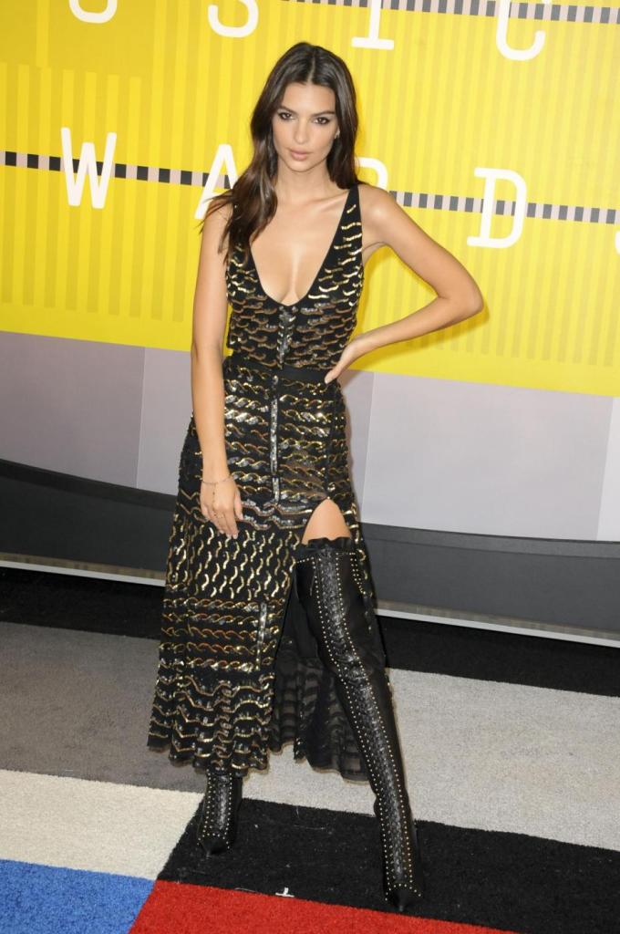Emily Ratajkowski, look total black ai Video Music Awards