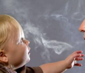 Fumo passivo nuoce ai denti dei bimbi: rischio carie in aumento