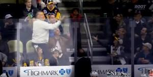 Tifoso ruba disco hockey dalle mani del piccolo tifoso VIDEO