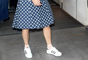 Rita Ora, look bocciato: sneakers e gonna stonano...FOTO 7