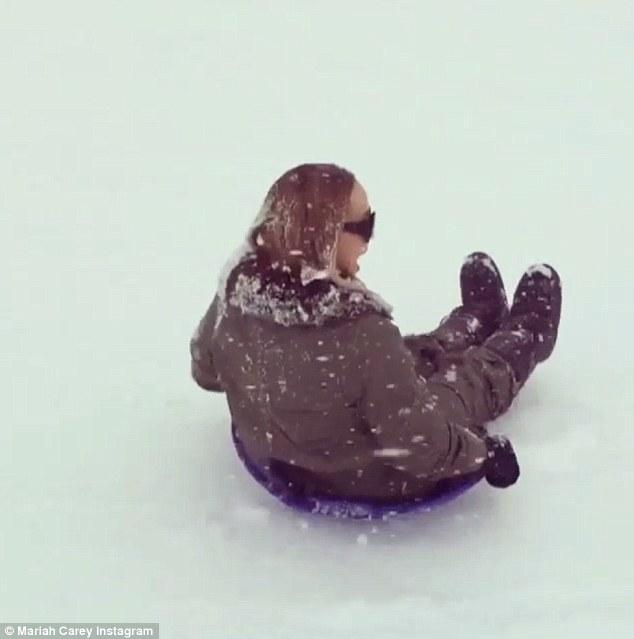 Mariah Carey gioca a palle di neve con i gemelli13