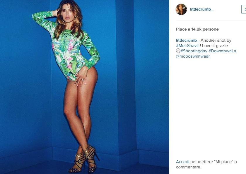 Elisabetta Canalis: body aderente e sandali FOTO