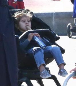 Kanye West e Kourtney Kardashian a Disneyland con i figli7