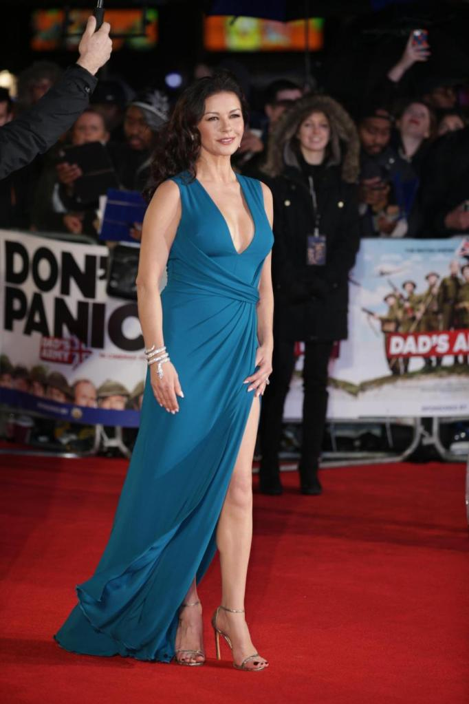 Catherine Zeta Jones, scollatura e spacco estremo15