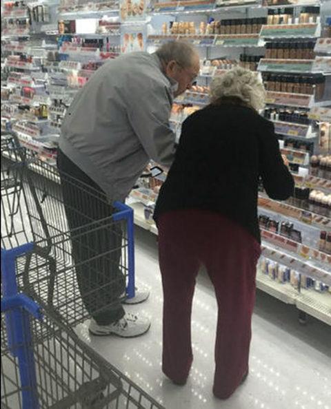 Anziani scelgono insieme il make-up