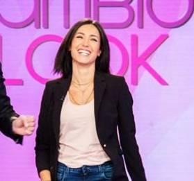 Caterina Balivo: jeans e tacchi celesti a Detto Fatto FOTO