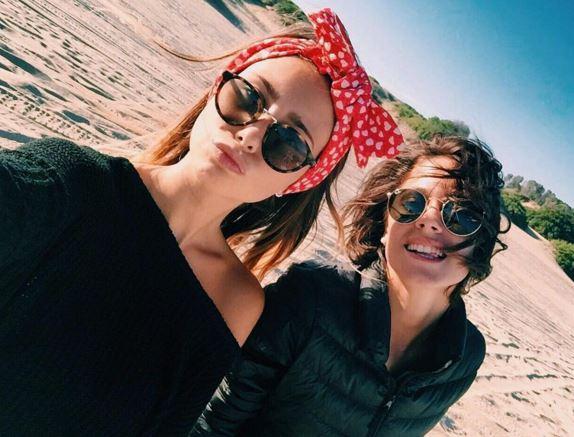 Martina Stoessel (Violetta) selfie con l'amica Sofia FOTO