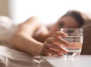 La mattina bevi l'acqua lasciata su comodino? Errore: ecco perché