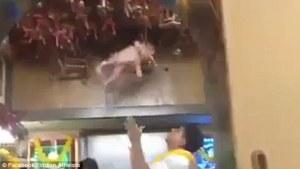 India, neonato lanciato in alto come una bambola (4)