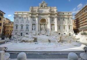Fendi festeggia 90 anni: sfilata a Fontana di Trevi