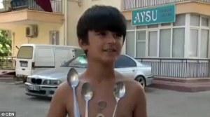 Mehmet, bimbo calamita che attira metallo sul suo corpo 1
