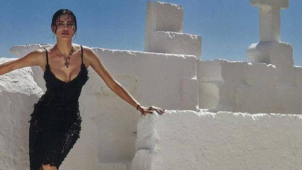 Irina Shayk posa per Vogue in Puglia tra capre e galline17