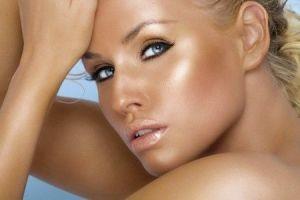 Macchie, rughe, pelle secca: 5 consigli per riparare i danni del sole