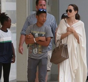 Angelina Jolie total white... ecco come nasconde magrezza FOTO