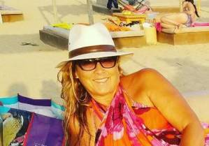Romina Power fashion in spiaggia con un amico speciale! FOTO