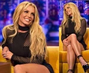 Britney Spears magrissima in tubino nero corto e tacchi FOTO