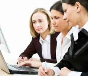 """Donne gentili sul lavoro guadagnano meno di quelle """"dominanti"""""""