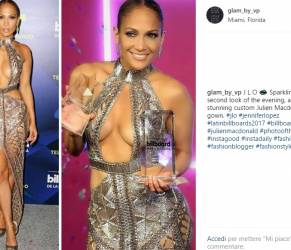 Jennifer Lopez incanta ai Latin Billboard: look estremi FOTO