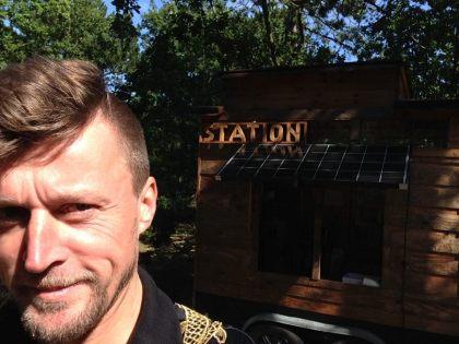 Met de TAIR en twee houten logo's: KROEG en STATION arriveerde ik een aantal dagen voor aanvang van het festival op Vlieland. En ging ik op onderzoek naar de waterbalans in het verleden, heden en de toekomst van mijzelf en anderen.