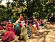 Kenya Land Alliance facilitates a meetingwith the community of Chara, in TanaRiver county. Image courtesy of Namati.