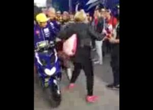 Video: Valentino Rossi patea a una aficionada
